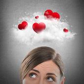 Corazones rojos volando en nube encima de hermosa mujer soñadora. — Foto de Stock