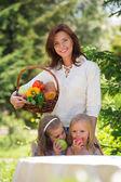 Souriant de mère et ses deux filles, s'amuser dans un pique-nique — Photo