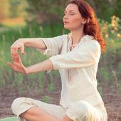 Mulher de alongamento em exercício ao ar livre — Fotografia Stock