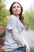 Kvinna på bänk — Stockfoto