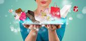 Mujer irreconocible, compras en línea usando su tablet pc — Foto de Stock