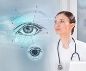 Médico examinador olho humano — Fotografia Stock