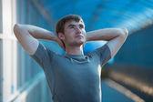 Atletický muž táhnoucí se — Stock fotografie