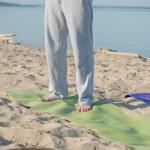 Unrecognizable man on yoga mat — Photo