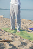 Unrecognizable man on yoga mat — Stock Photo