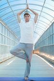 Man practices yoga on the bridge — Photo