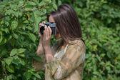 Chica con cámara retro vintage — Foto de Stock
