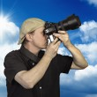 Man held camera against blue sky — Stock Photo