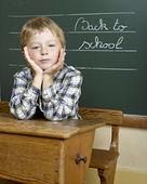 Portret piękne chłopca w szkole, patrząc na kamery — Zdjęcie stockowe