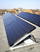 Panele słoneczne na dachu budynku — Zdjęcie stockowe