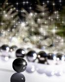 Rozmazané pozadí vánoční strom s míčky — Stock fotografie