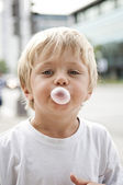 Child blowing a bubble gum — Stock Photo