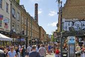 Turisti a brick lane una domenica soleggiata occupato — Foto Stock