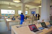 AMSTERDAM, NETHERLANDS - JUNE 28: Inside the Apple Store on June 28, 2012 in Amsterdam, Netherlands. — Stock fotografie