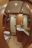 Hlavní koupelna na luxusní jachtě rizzardi teknema 65 — Stock fotografie