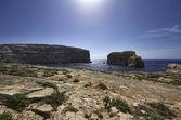 Azure pencere rock yakınındaki kayalık sahil panoramik manzaralı — Stok fotoğraf