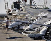 Italy, Tuscany, Viareggio, a young boy looking at luxury yachts in the port — Stock Photo