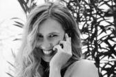 携帯電話で若い女の子の肖像画 — ストック写真
