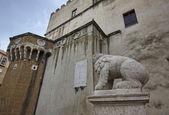 Italy, Tuscany, Pitigliano, Orsini Palace, stone lion — Stock Photo