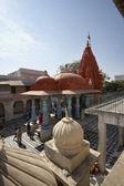 Indiska folket bad i ett hinduiskt tempel — Stockfoto