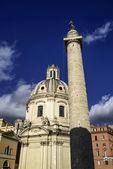 La columna de Trajano e Iglesia de santa maria di loreto — Foto de Stock