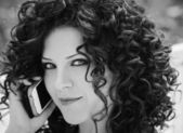 Młoda kobieta na telefon — Zdjęcie stockowe