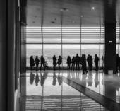 Люди ждут прибытия рейсов — Стоковое фото