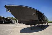 Luxus-yacht an land in einer werft — Stockfoto