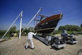 Luxus-yacht in einer werft schleppen — Stockfoto