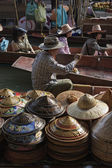Tourists and Thai hats for sale at the Floating Market — Stock fotografie