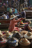 Turystów i tajski kapelusze na sprzedaż w pływających rynku — Zdjęcie stockowe