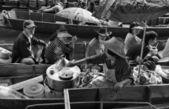 Turister på den flytande marknaden — Stockfoto