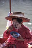 Thai woman on her boat at the Floating Market — Stock Photo