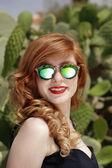 Vacker flicka med solglasögon — Stockfoto