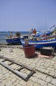 Рыбак на берегу работает на его рыбацкой лодке — Стоковое фото
