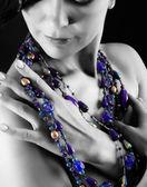 Petto di giovane donna con collana — Foto Stock