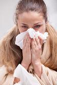 Chory dama dmuchanie nosem — Zdjęcie stockowe