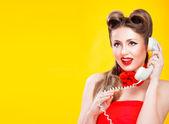 Pin-up girl rozmowy na telefon retro — Zdjęcie stockowe