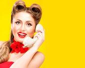 очаровательная девушка говорить на ретро телефон — Стоковое фото