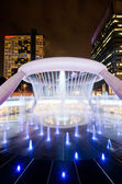 SINGAPORE-JAN 24: Fountain of Wealth with Suntec Towers at dusk — Stock Photo