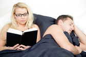 Couple reading and sleeping in harmony — Stock Photo