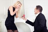 Hombre propone matrimonio — Foto de Stock