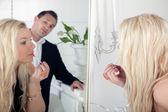 Adam güzel bir kadın izlerken — Stok fotoğraf
