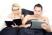 夫婦が寝る前に読んで — ストック写真