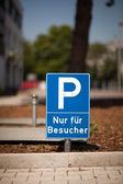 парковка знак для посетителей парковка — Стоковое фото