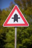 Trojúhelníkové dopravní značka na rozcestí — Stock fotografie