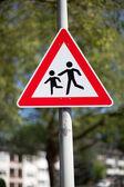 Sinal de alerta de tráfego para as crianças que jogam — Foto Stock