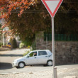 Yield sign at an intersection — Stock Photo