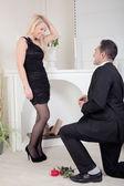 Man proposing kneeling on the floor — Stock Photo