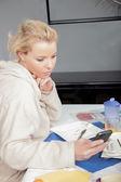 Nadenkend vrouw leest haar mobiele — Stockfoto
